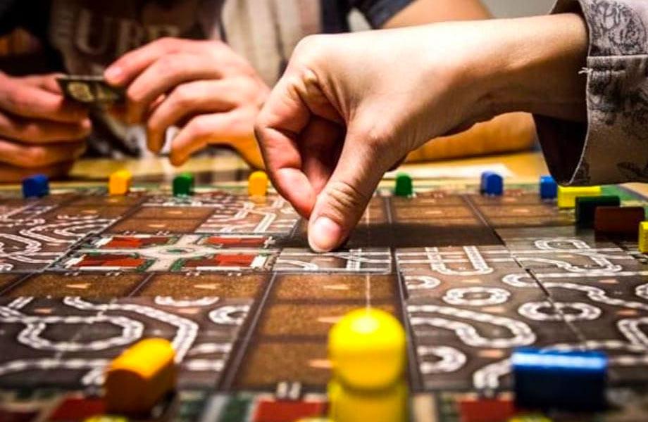 giocoleria-I-migliori-giochi-da-tavola-per-sfidare-amici-e-parenti-a-Natale-1