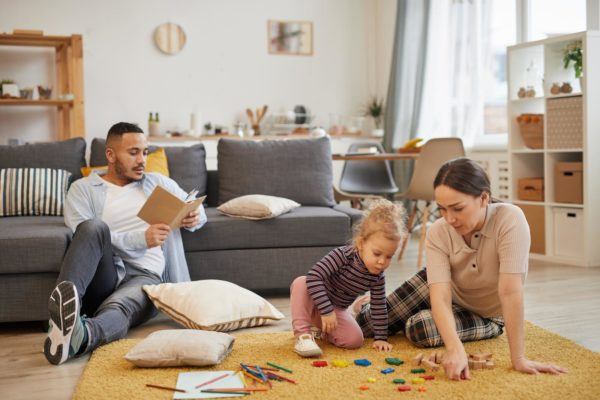 Famiglia Gioca a Casa